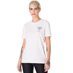 Tommy-Jeans-Camiseta-Feminina-Manga-Curta-Modelagem-Oversized-Com-Estampa-No-Peito-E-Nas-Costas-E-Logo-Pequeno-Bordado-Na-Manga