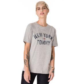 Tommy-Jeans-Camiseta-Feminina-Manga-Curta-Modelagem-Oversized-Com-Estampa-Frontal-E-Logo-Pequeno-Bordado-Na-Manga